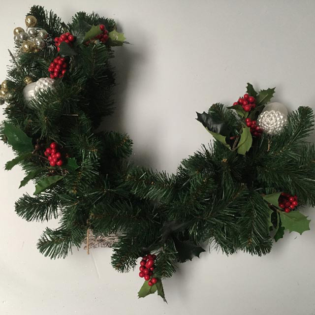 WRE0006 WREATH, Green Spruce Half Wreath w Decos $18.75