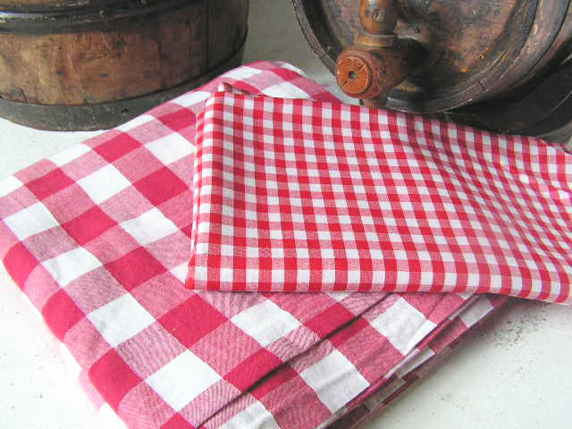 Tablecloths, red and white check (various sizes available)