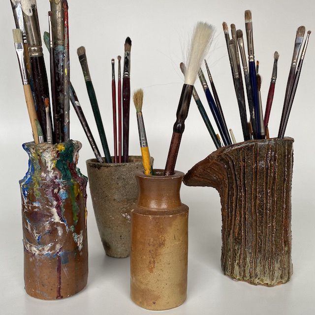 VAS0093 VASE, Pottery w Paint Brushes (Small-Medium) $10