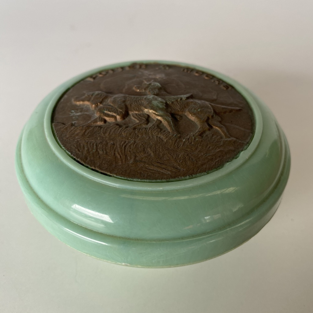 POW0011 POWDER BOX, Vintage Green Bakelite w Brass Dogs $12.50