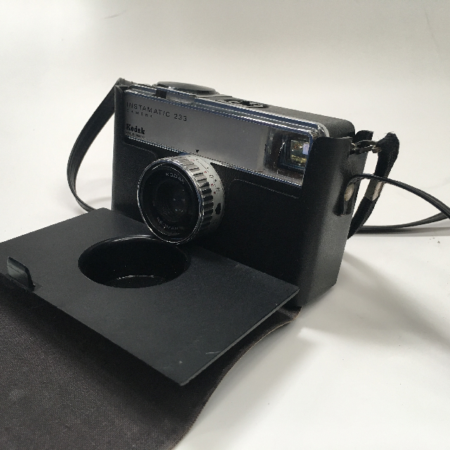 CAM0009 CAMERA, Instant Camera - Kodak Instamatic 233 (In Case) $12.50