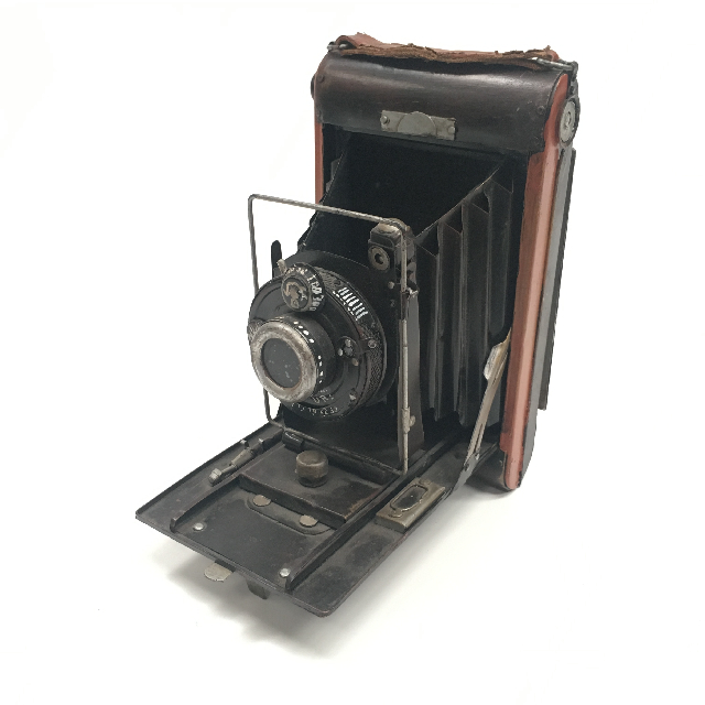 CAM0041 CAMERA, Vintage Folding Brownie 1920 - 1940 w Brown Leather Strap $22.50
