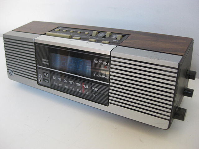 CLO0043 CLOCK, Digital Clock Radio - Timber GE Side Speakers $11.25