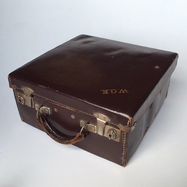 SUI0089 SUITCASE, Vintage Brown Leather Bowls Case WGE $22.50 (Lid Closed)