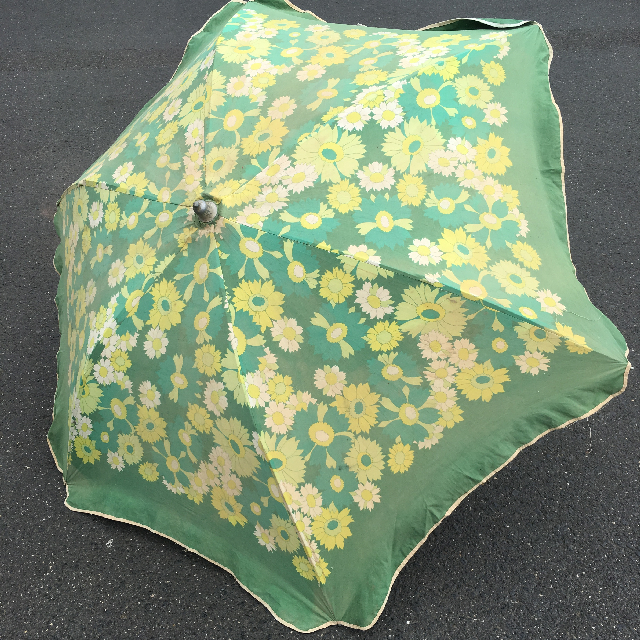 UMB0113 UMBRELLA, Beach - Green with Yellow Daisies Vintage $22.50